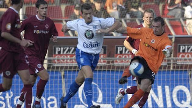Jaromír Blažek vykopává v nouzi míč od branky