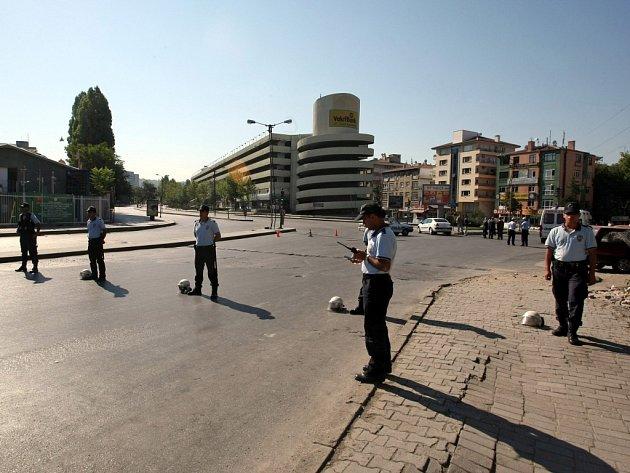Policie okamžitě vyklidila blízké obchody a restaurace.
