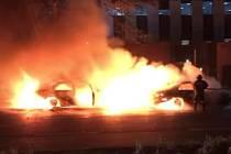 Na hlavní obchodní třídě v jihoafrickém Johannesburgu hořely ve čtvrtek večer taxíky, jeden patřil řidiči jezdícímu pod Uberem.