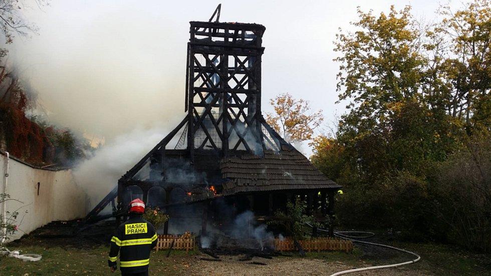 Hasiči zasahovali 28. října 2020 u požáru dřevěného kostela svatého Michala v pražské zahradě Kinských.