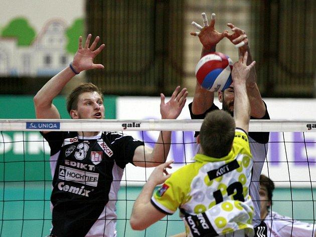 Volejbalisté Budějovic (v černém) blokují smeč hráče Příbrami.