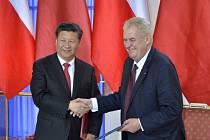 Prezident Miloš Zeman a jeho čínský protějšek Si Ťin-pching (vlevo) se 29. března na Pražském hradě zúčastnili ceremoniálu, při kterém byly podepsány dokumenty mezi zástupci České republiky a Čínské lidové republiky.