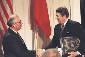 Ronald Reagan a Michail Sergejevič Gorbačov podepsali smlouvu o omezení jaderných zbraní. Cesta k ní začala schůzkou na Islandu.