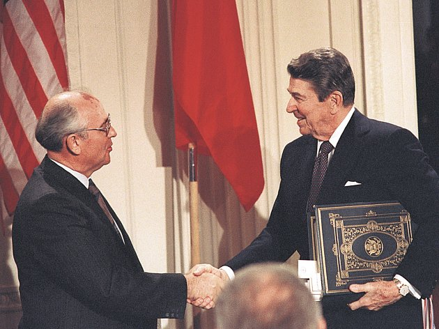 UZAVŘENO. Reagan s Gorbačovem podepsali smlouvu o omezení jaderných zbraní. Cesta k ní začala schůzkou na Islandu.