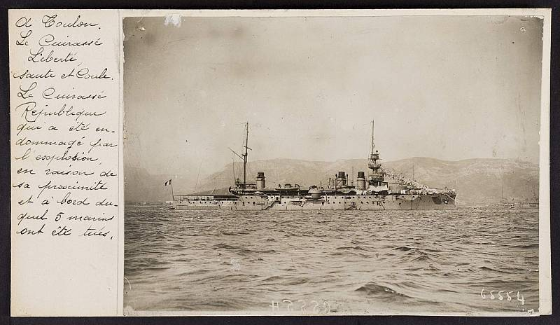 Dobová pohlednice se snímkem bitevní lodi Liberté