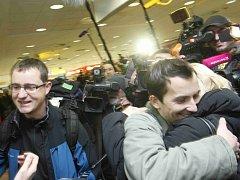 Martin Pezlar a Ivan Buchta, počítačovi programátoři věznění v Řecku, přiletěli 17. ledna na letiště Václava Havla v Praze.