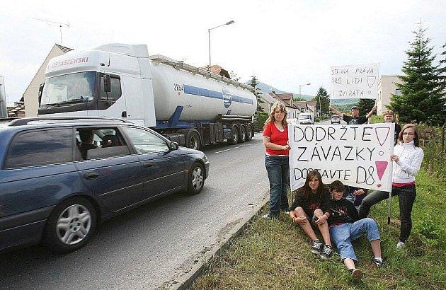 Silnice E55 mezi Teplicemi a Lovosicemi byla zhruba 25 minut neprůjezdná. Zablokovalo ji kolem 300 demonstrantů, kteří požadují rychlé dokončení dálnice D8.