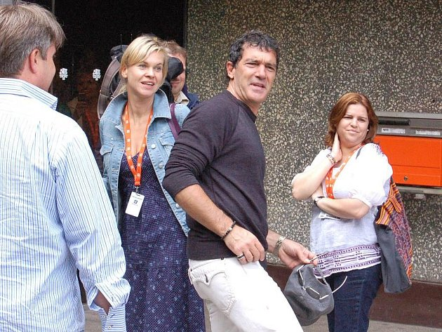 44. ročník Mezinárodního filmového festivalu Karlovy Vary, nenápadný příjezd superhvězdy, Antonia Banderase.