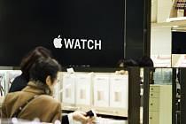 Americká společnost Apple nebude moci zahájit prodej svých nových chytrých hodinek ve Švýcarsku nejméně do konce letošního roku. Důvodem je spor o právo na duševní vlastnictví.