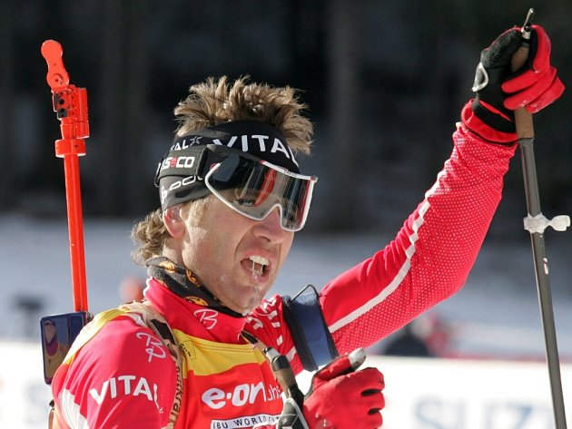 Ole Einar Bjoerndalen v cíli sprintu na 10 kn ve slovinské Pokljuce
