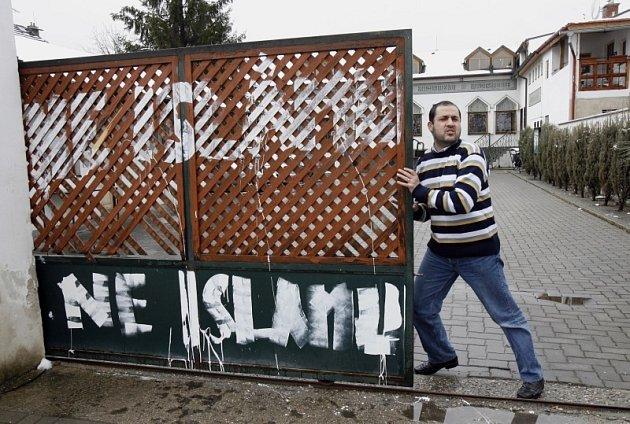 Na plot mešity v Blatské ulici v Praze-Kyjích někdo v noci z 18. na 19. března 2009 zavěsil prasečí hlavu bez očí a zároveň ho popsal nápisy Ne islámu.