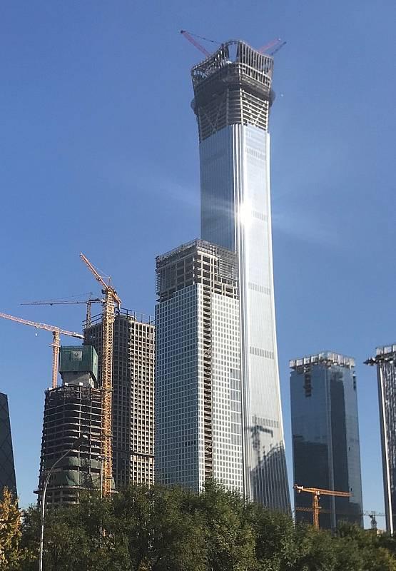 Dominantu hlavního čínského města Peking tvoří mrakodrap China Zun. Má tvar obřadní nádoby. Snímek pochází z doby dokončování stavby.