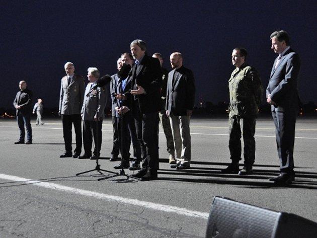 Sedm inspektorů OBSE, které ukrajinští separatisté týden zadržovali ve Slavjansku, dorazilo 3. května na berlínské letiště Tegel. Druhý zprava je český člen mise podplukovník Josef Přerovský, vpředu uprostřed český ministr obrany Martin Stropnický.