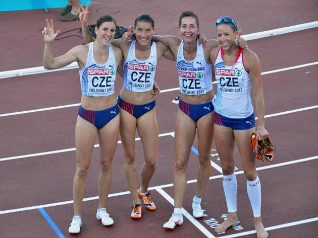 Štafeta (zleva) Zuzana Hejnová, Jitka Bartoničková, Denisa Rosolová a Zuzana Bergrová si doběhla na ME v závodu na 4x400 metrů pro bronz.