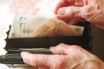 Senior a peníze. Ilustrační foto