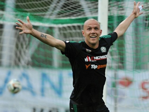 Roman Bednář z Příbrami se raduje z gólu.