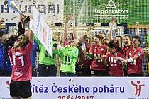 Házenkářky Poruby slaví zisk Českého poháru.