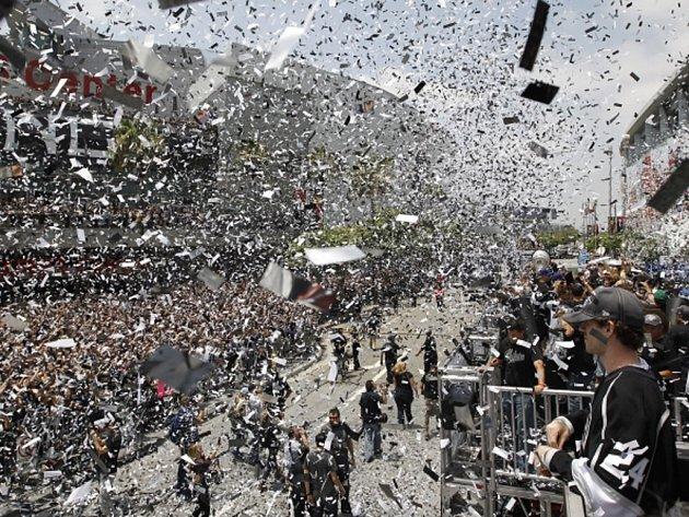 Velkolepé oslavy hokejistů Los Angeles po zisku Stanley Cupu.