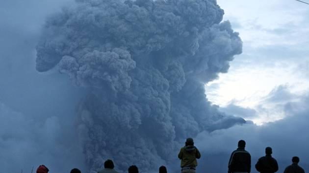 Nové erupce indonéské sopky Mount Sinabung si dnes vyžádaly další evakuaci obyvatel, kteří žijí v jejím okolí.
