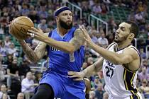 Deron Williams z Dallasu (vlevo) a Rudy Gobert z Utahu.