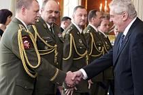 Prezident Miloš Zeman (vpravo) jmenoval generály české armády. Zleva Milan Kovanda, Ján Gurník, Ladislav Jung, Bohuslav Přikryl a Milan Schulc.