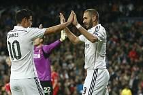 Benzema slaví s Jamesem vítězný gól Realu Madrid.