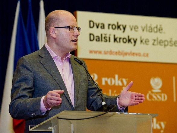 Premiér a předseda ČSSD Bohuslav Sobotka (vlevo) vystoupil 9. dubna v Praze na zasedání Ústředního výkonného výboru strany.