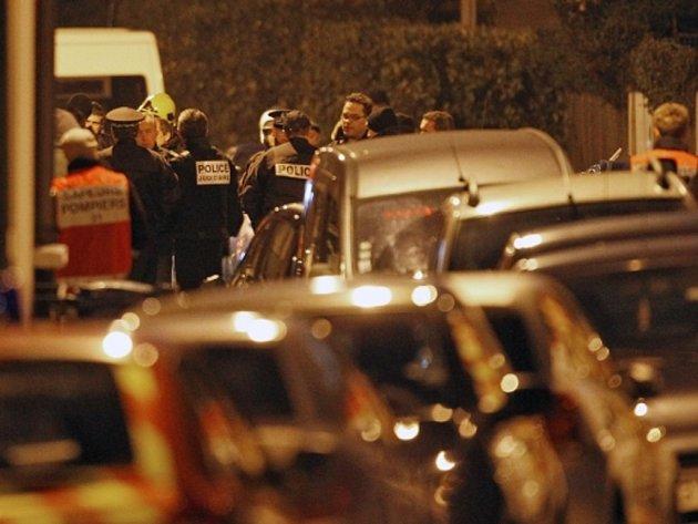 Podle televize France 2 vyjednávání se střelcem policie večer ukončila a dala mu nové ultimátum, aby se vzdal bez odporu. Ministr Guéant ale prohlásil, že se Mohammed Merah chtěl vzdát za tmy a že úřady doufají, že to brzy udělá.