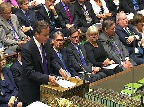 V londýnských ulicích zůstane zvýšený počet 16.000 policistů až do víkendu. V parlamentu to oznámil britský premiér David Cameron.