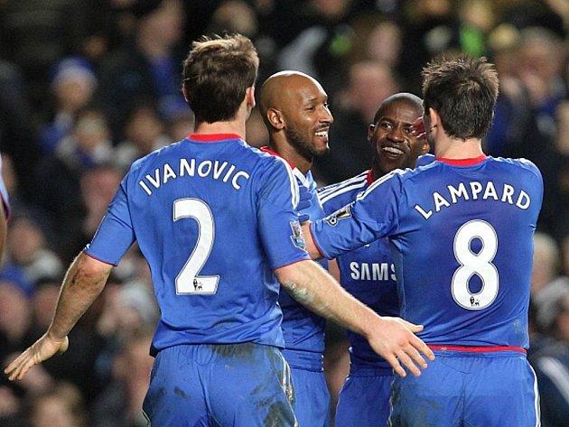Kanonýr Chelsea Nicolas Anelka (druhý zleva) slaví se spoluhráči gól.