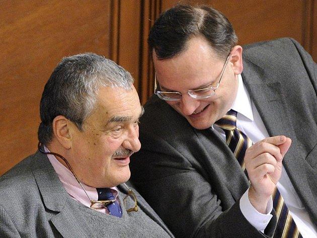 Zleva ministr zahraničních věcí Karel Schwarzenberg a premiér Petr Nečas na jednání sněmovny.