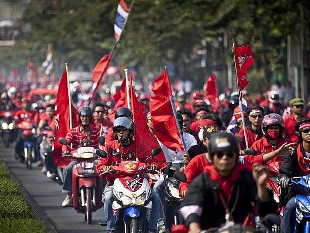 V hlavním městě Thajska demonstrovalo 100 000 lidí, požadovali odstoupení seoučasného premiéra. Po výbuchu granátu došlo ke zranění dvou vojáků, jinak se vše obešlo bez konfliktů.