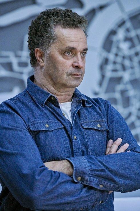 Martin Dejdar jako přísný major Strouhal