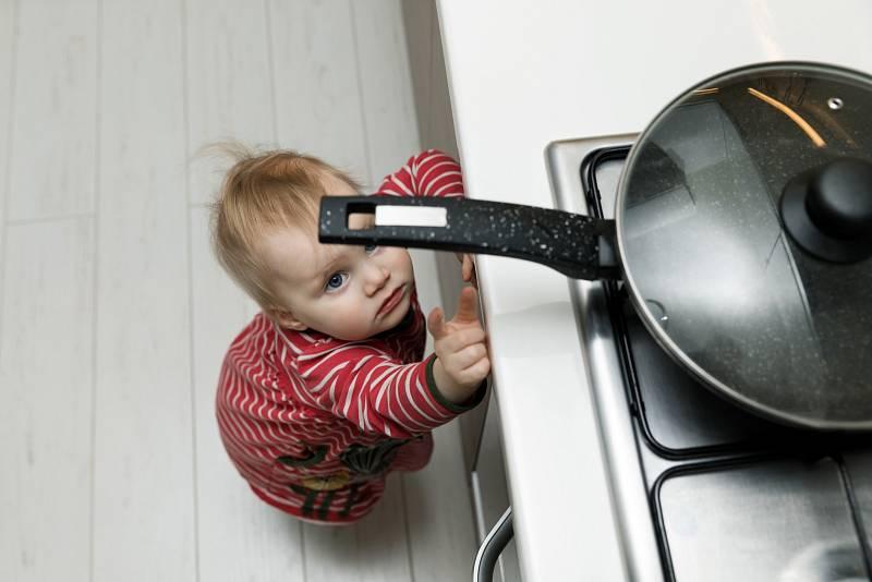 Opařeniny jsou u batolat a malých dětí jednou z nejčastějších nehod v domácnostech. Stačí malá nepozornost, kdy na sebe může dítě převrhnout hrnek horkého čaje nebo polévky na stole.