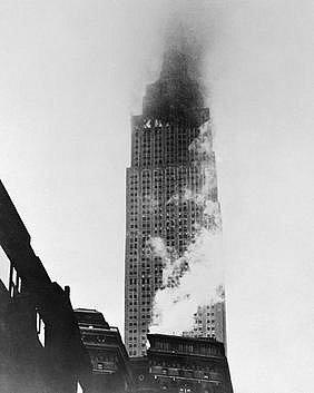 Hořící Empire State Building po nárazu bombardéru