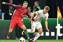 Cristiano Ronaldo z Portugalska (vlevo) a  Jakub Blaszczykowski z Polska.