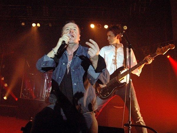 Britská hudební skupina Simple Minds s frontmanem Jimem Kerrem (vlevo).