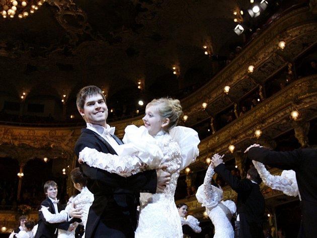 Ples zahájil orchestr a balet Státní opery Praha.