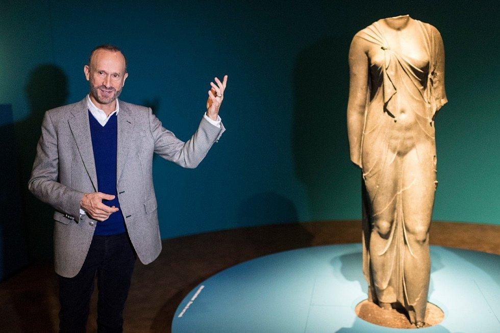 Archeolog Franck Goddio představuje artefakty nalezené v zatopeném Heracleionu