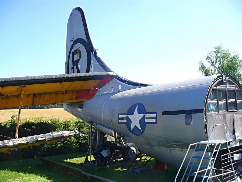 """KC-97 (FUEL TANKER). Zadní část obřího tankovacího letadla. Jde o největší """"kus"""" amerického letadla v Air Parku"""