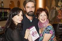 Nela Boudová, Ilona Svobodová a Roman Zach pokřtili české vydání románu Šantaram stylově v indické restauraci.