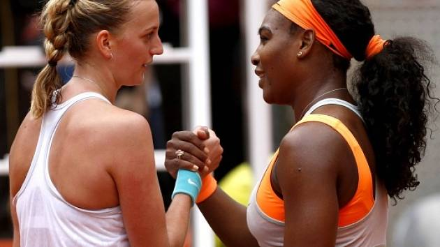 Gratulace u sítě. Petra Kvitová porazila Serenu Williamsovou