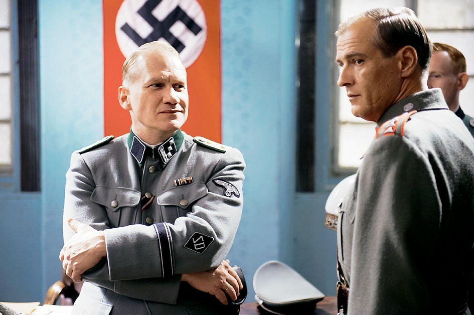 Harald Wiesmann a četník Vlček  (Joachim Paul Assböck a Roman Luknár) ve filmu Lidice.