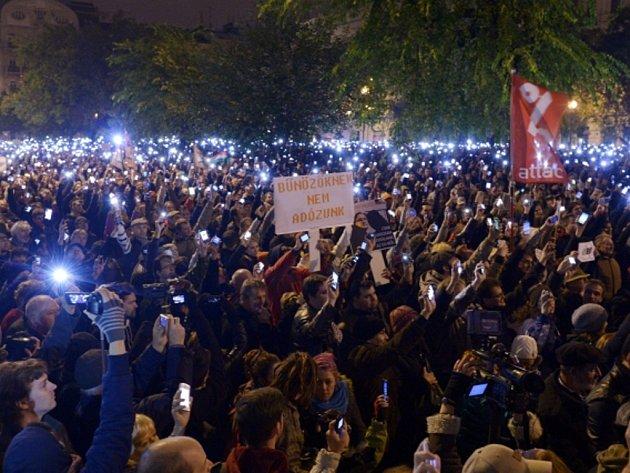 Více než deset tisíc lidí demonstrovalo v neděli večer v Budapešti proti vládou navrženému zdanění přenosu dat na internetu.
