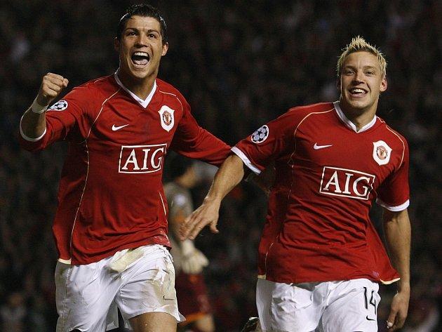 Cristiano Ronaldo (vlevo) a Alan Smith slaví. Aby ne, jejich Manchester deklasoval v Lize mistrů AS Řím 7:1!