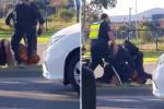 Policista v Melbourne zřejmě během zatýkání kopal do ležícího muže