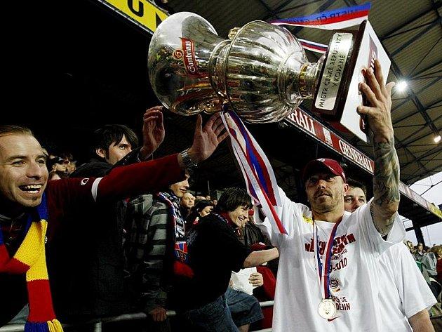 Tomáš Řepka s pohárem ligových mistrů.