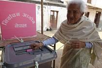 Šestadevadesátiletá Tirtha Maya odvolila v nepálském Káthmandú.