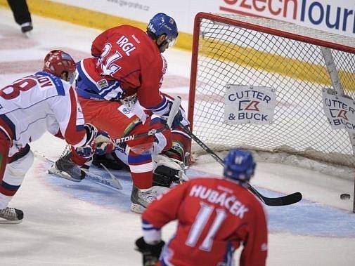 Zbyněk Irgl dává úvodní gól do ruské sítě.