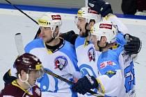 Autor prvního gólu Plzně Tomáš Slovák (uprostřed) se raduje se spoluhráči Martinem Strakou (vlevo) a Tomášem Vlasákem (vpravo).
